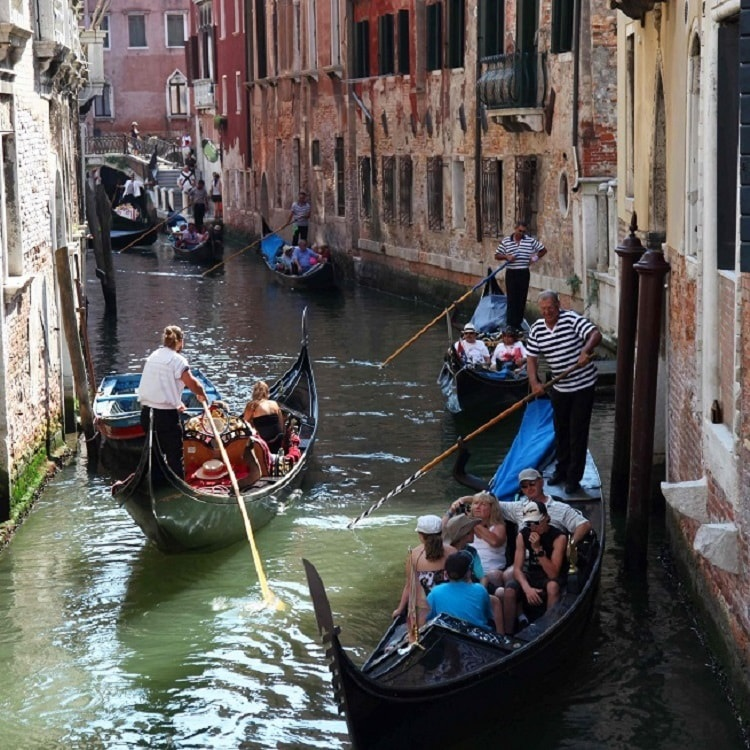 Secret Venice Evening Walking Tour with Gondola Ride